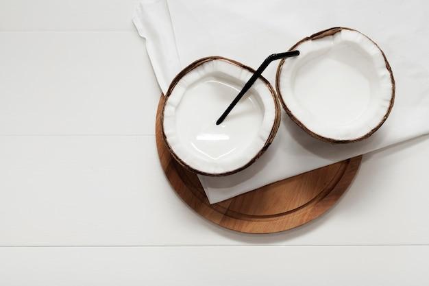 Halbierte kokosnuss auf weißer serviette