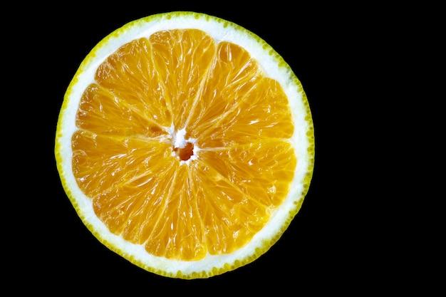 Halbiertes orange mit schwarzem hintergrund