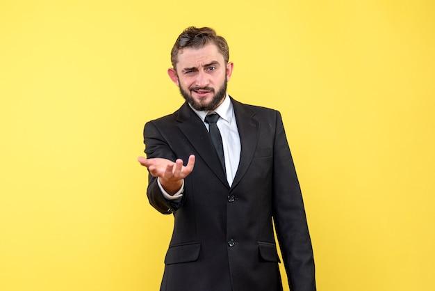 Halbkörperporträt des jungen mannes, der über etwas fragt