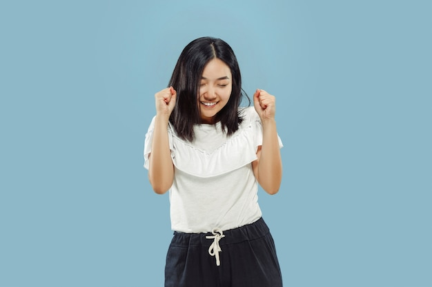 Halblanges porträt der koreanischen jungen frau auf blau