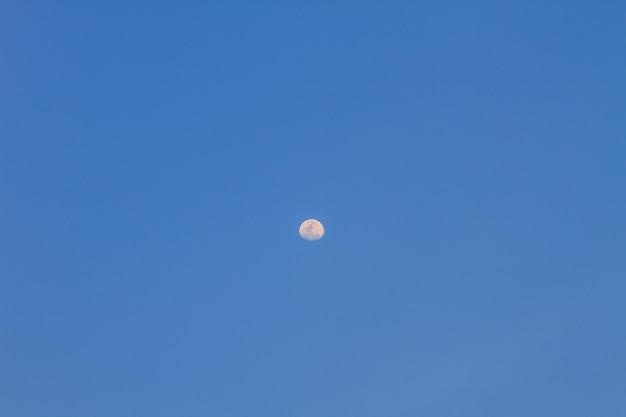 Halbmond im blauen himmel