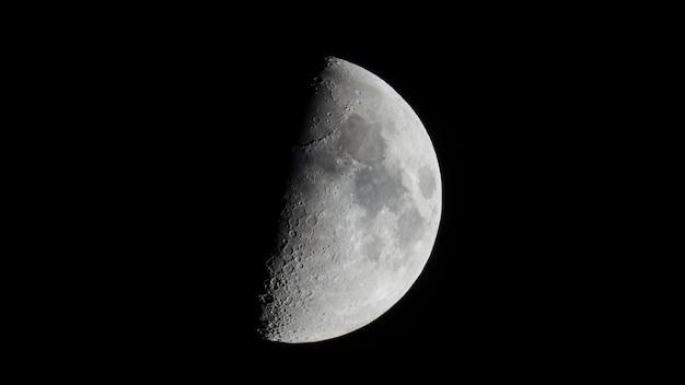 Halbmond im ersten viertel mit teleskop gesehen