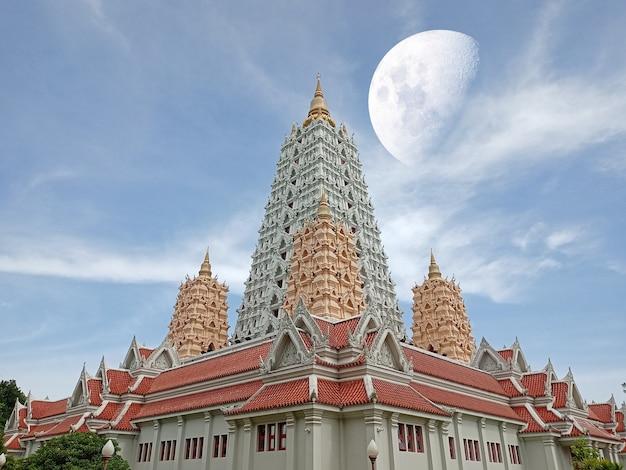 Halbmond über buddhagaya-pagode und haufen weißer wolke am himmel, elemente dieses von der nasa bereitgestellten bildes