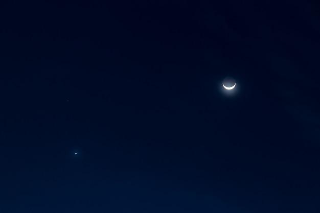 Halbmond und stern über dem himmel in der nacht