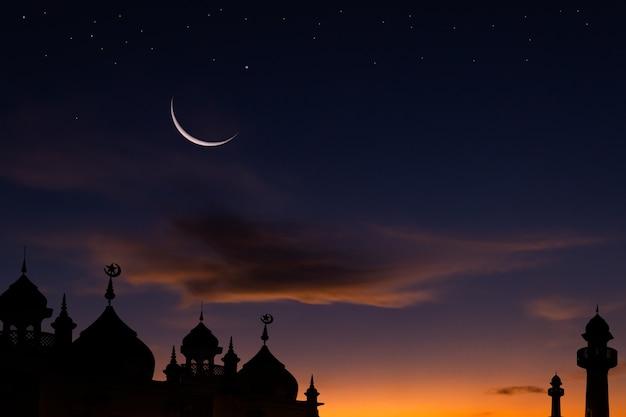Halbmondhimmel auf dunkelblauer dämmerung über islamischer moschee