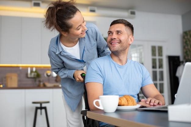 Halbstarke smiley-leute mit frühstück