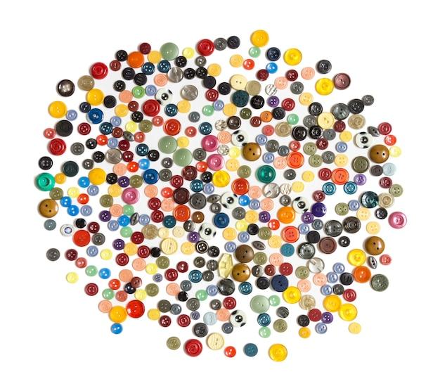 Halbzeug für den hintergrund - mehrfarbige schlichte knöpfe chaotisch angeordnet auf einer weißen fläche