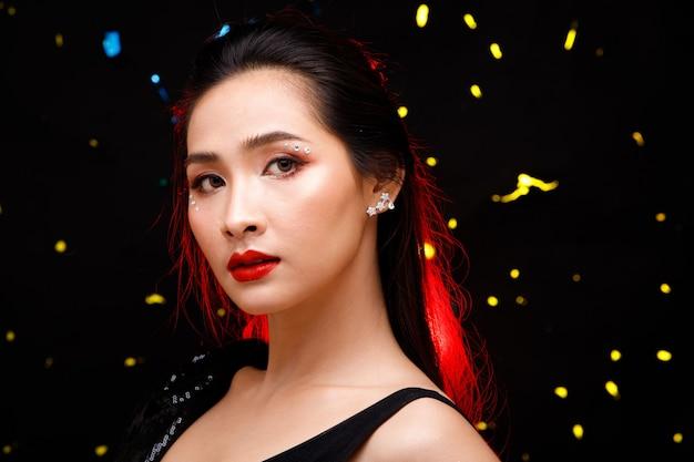 Half body portrait von 20er jahre asiatische schöne frau schwarzen haarkleid rock. nettes sexy mädchen drückt gefühl lächeln liebe in vielen posen über schwarzem startpunkthintergrund aus
