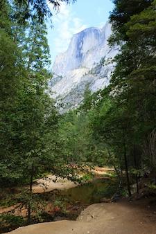 Half dome rock, das wahrzeichen des yosemite-nationalparks, kalifornien, usa. geologische formationen