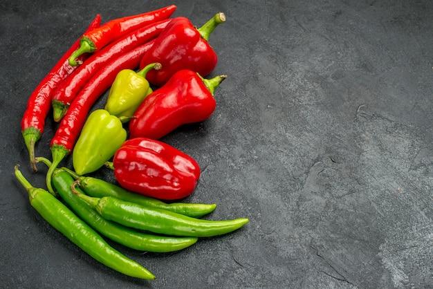 Half-top-ansicht verschiedene frische paprika