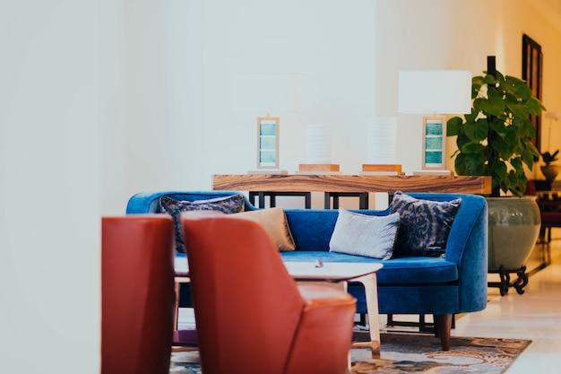Halle des hotels mit stühlen