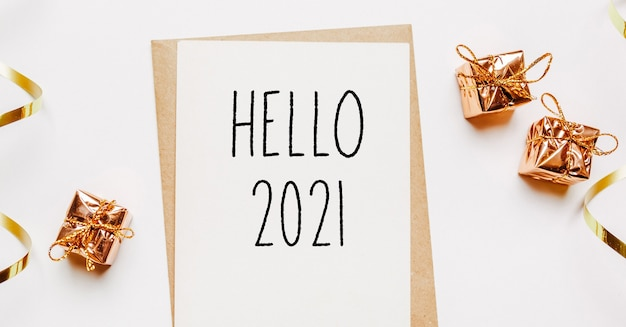 Hallo 2021 notiz mit umschlag, geschenken und goldband auf weiß