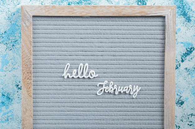 Hallo februar poster auf blauer oberfläche