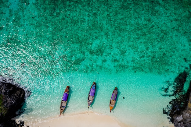 Hallo jahreszeitboot und -touristen auf vogelperspektive phiphi-insel krabi thailand vom brummen