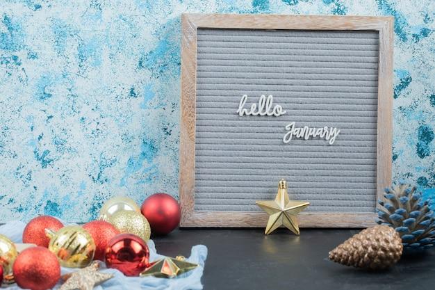 Hallo januar poster mit weihnachtskugeln herum