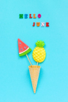 Hallo juni, ananas und wassermelonenlutscher in eistüte.