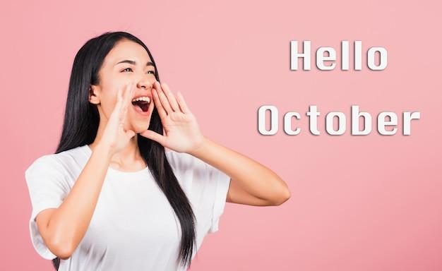 Hallo oktober porträt junge frau teenager stehende hand auf mund sprechen nachrichten ankündigung