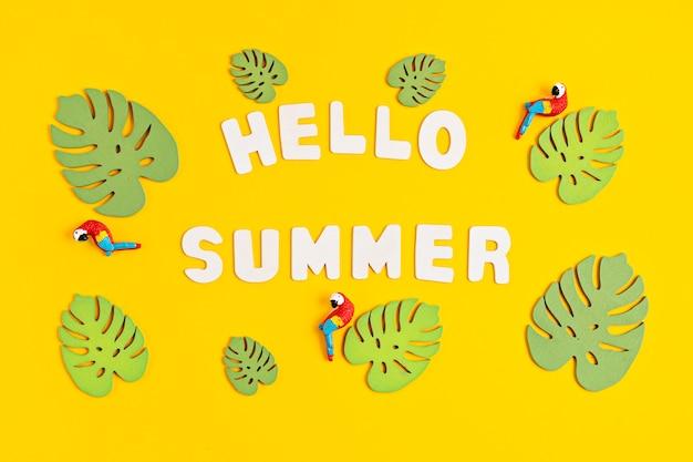Hallo sommertext. sommerferien und strandferien im tropischen länderkonzept
