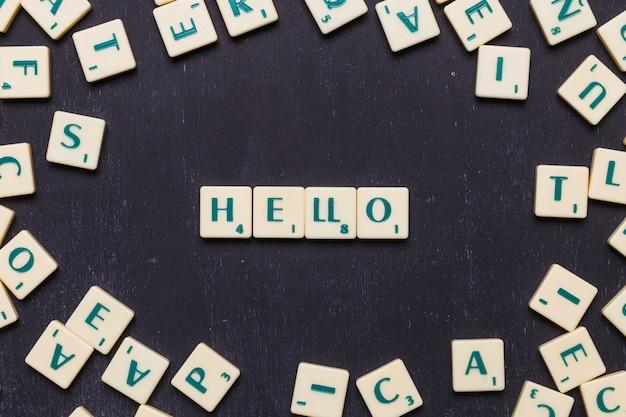 Hallo text aus scrabble-spielbuchstaben