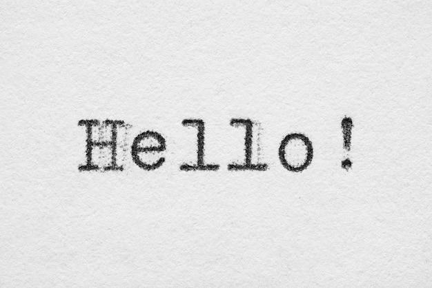 Hallo wort auf weißem papier gedruckt mit altmodischer schreibmaschinenschrift