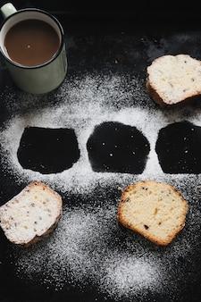 Hallowed form des brotes gemacht mit puderzucker auf schwarzem hintergrund