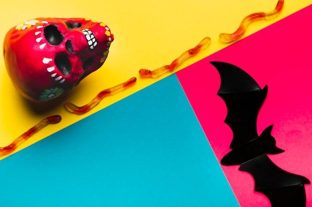 Halloween-anordnung mit geleeschlangen und dem schädel