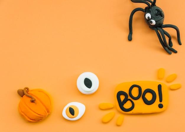 Halloween-arrangement mit plastilin spinne und augen