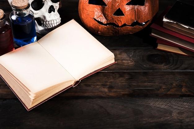 Halloween-attribute auf hölzernem schreibtisch