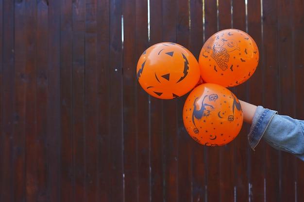 Halloween-ballone in der hand