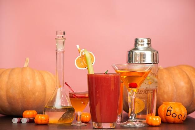 Halloween-bar-cocktailparty auf rosa hintergrund