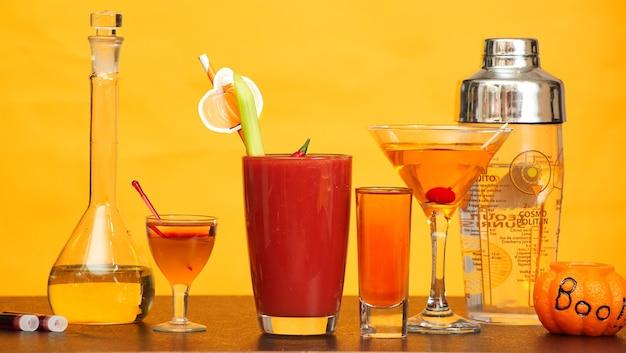 Halloween bar cocktails party auf orange hintergrund