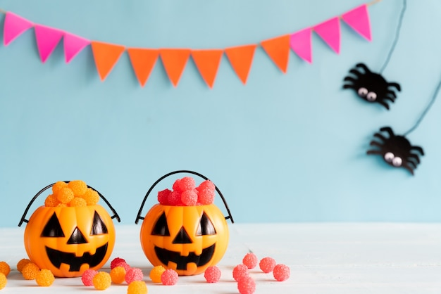 Halloween bastelt auf holztisch mit kopienraum für text. halloween-konzept
