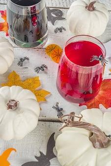 Halloween cocktails auf dem tisch