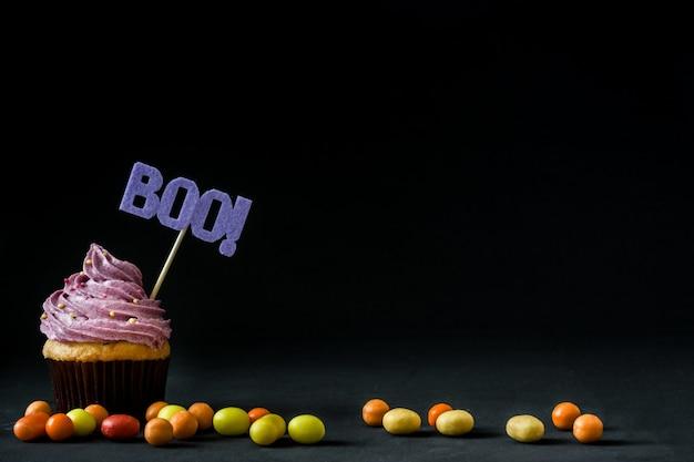 Halloween cupcake auf schwarz