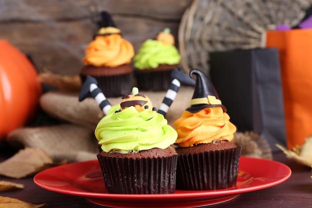 Halloween cupcakes auf teller auf dem tisch