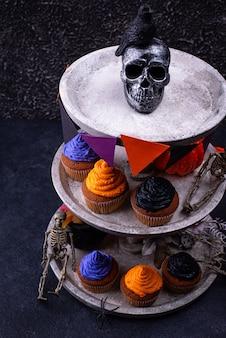 Halloween cupcakes mit farbcreme