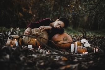 Halloween-Dekor Frau sieht aus wie eine träumende Hexe