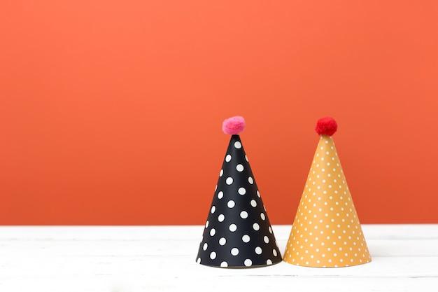 Halloween-dekor mit partyhüten.