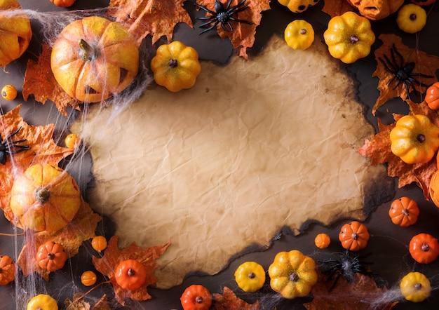 Halloween-dekoration auf draufsicht des alten papierbeschaffenheitsgram-hintergrundes mit kopienraum