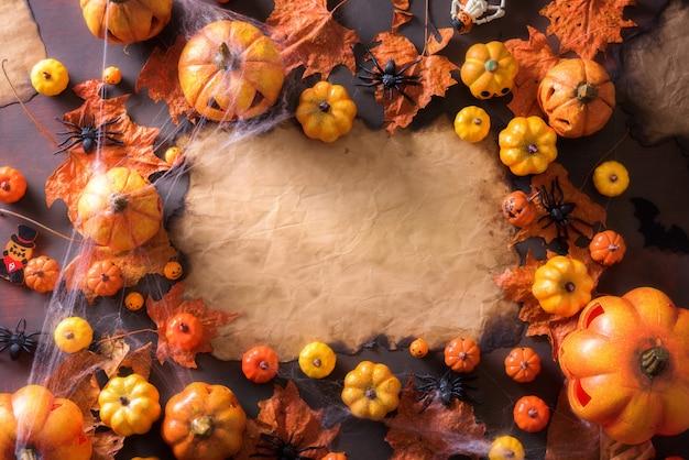 Halloween-dekoration auf draufsicht des alten papierbeschaffenheitsrahmen-hintergrundes mit kopienraum