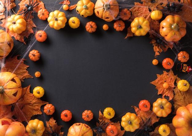 Halloween-dekoration auf draufsicht des schwarzen rahmenhintergrundes mit kopienraum