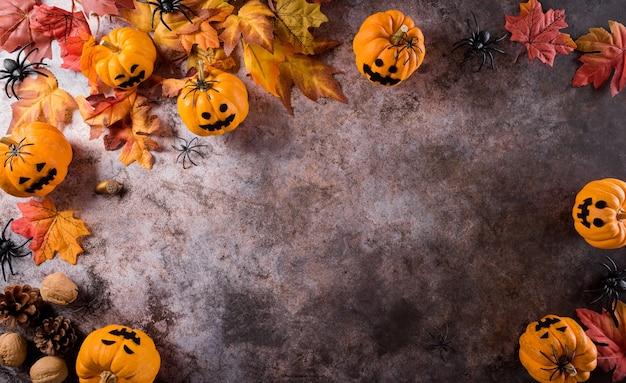 Halloween dekoration aus kürbispapier, fledermausmaske und schwarzer spinne