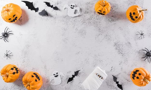 Halloween dekoration aus kürbispapierfledermäusen und schwarzer spinne