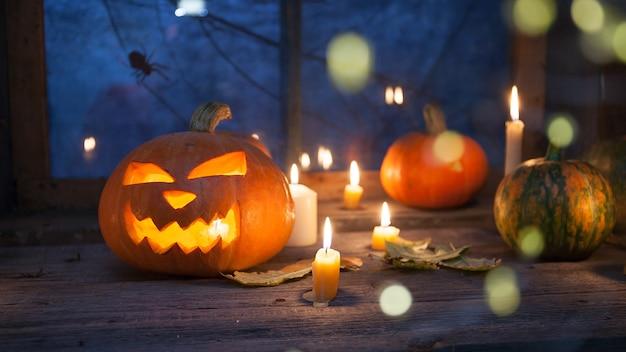 Halloween-dekoration, kürbisse mit kürbislaterne und unschärfe im vordergrund