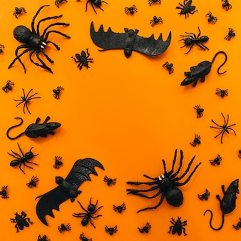 Halloween-dekoration mit insekten und kreisförmigem raum