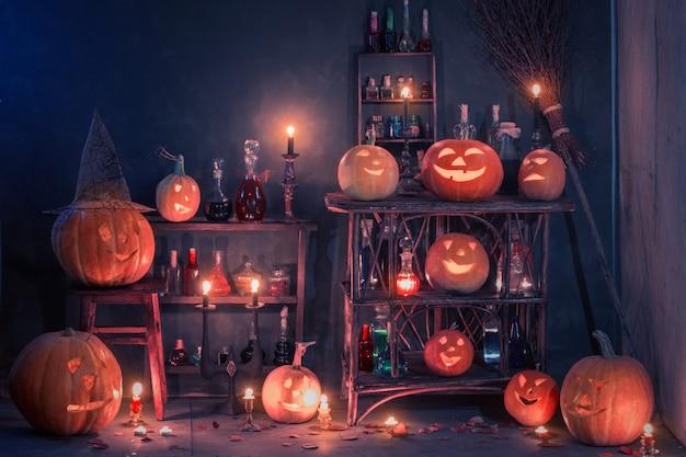 Halloween-dekoration mit kürbissen und zaubertränken im innenbereich