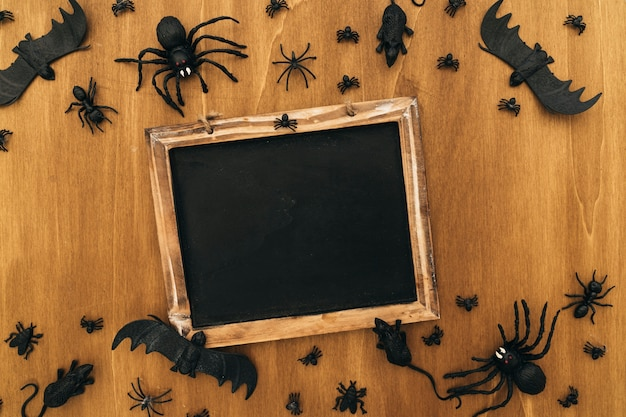 Halloween-dekoration mit leerem schiefer