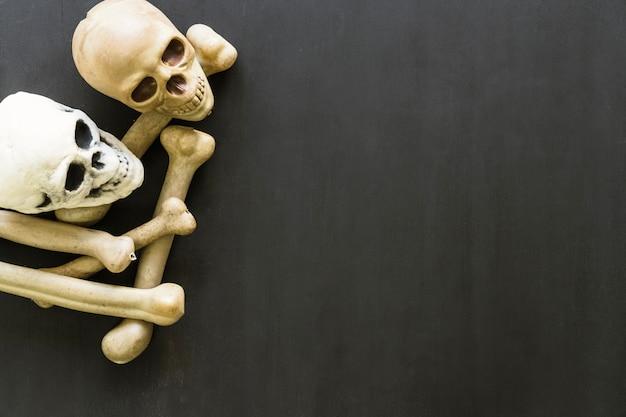 Halloween-dekoration mit schädeln und knochen