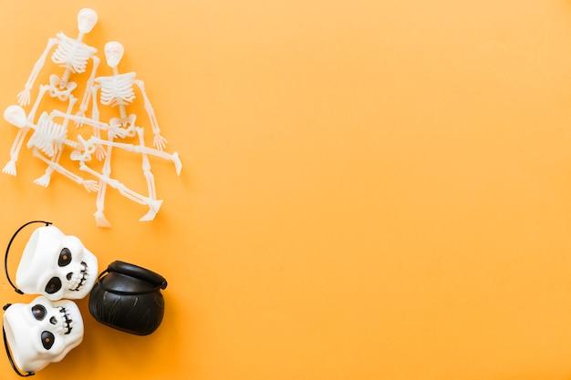 Halloween-dekoration mit schädeln und skeletten