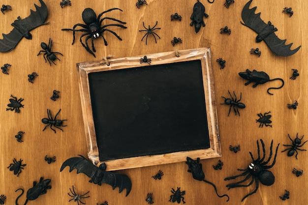 Halloween-dekoration mit schiefer und insekten
